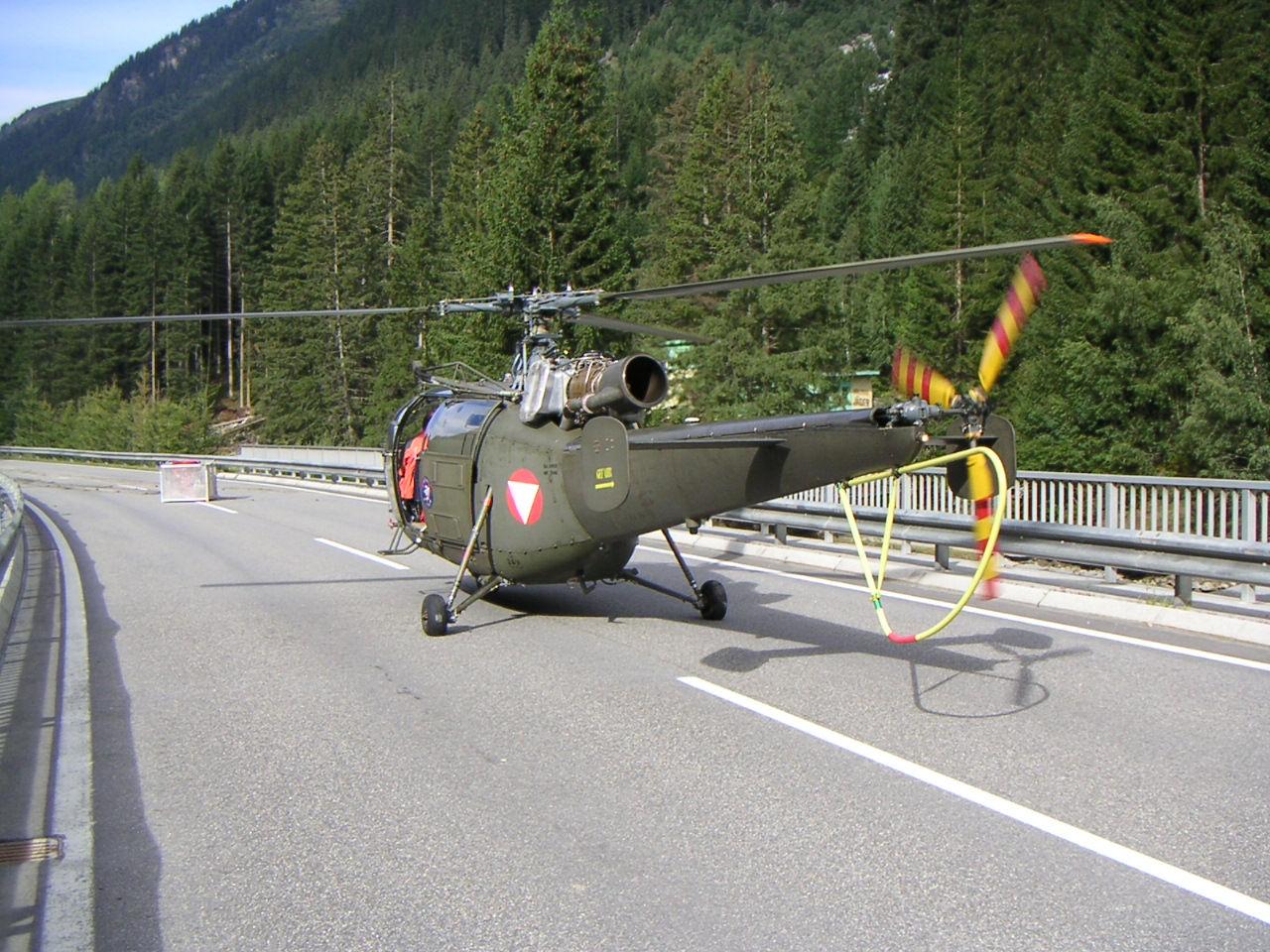 Hubschrauber auf Brücke im Gfäll