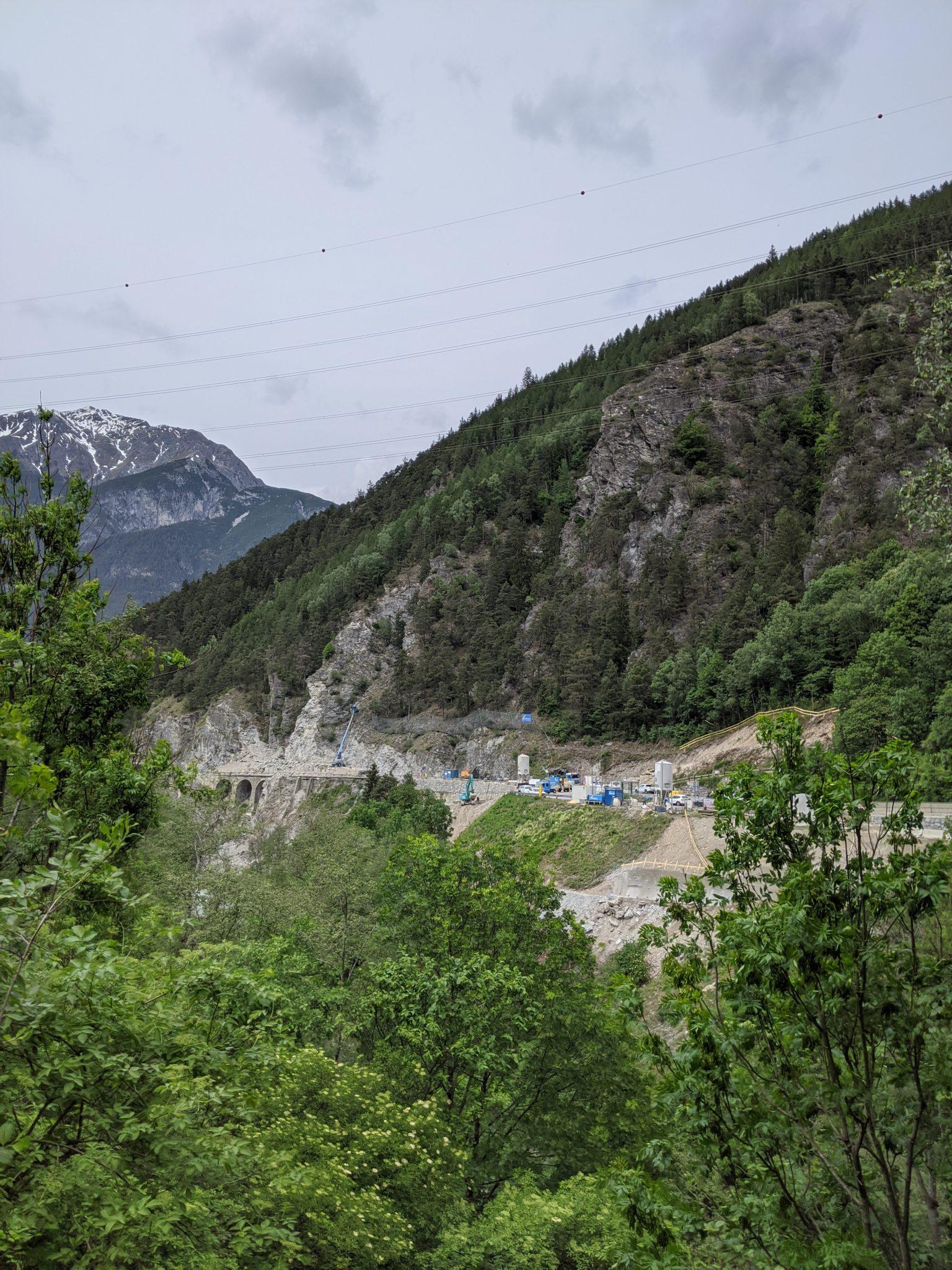 Baustelle L 76 - das ist vom überhängenden Felsen übrig geblieben