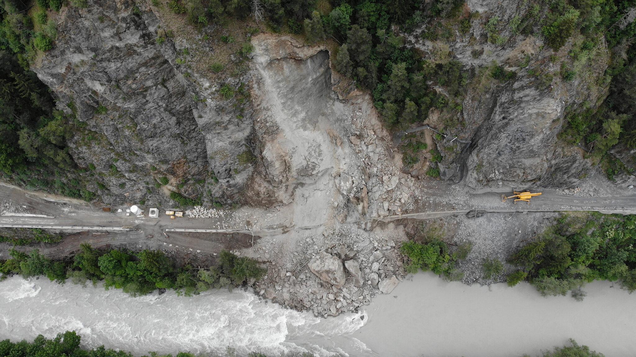08.06.2020 - Felsnase auf die Baustelle L 76 gestürzt